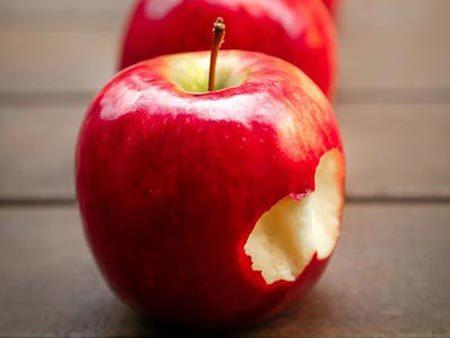 Kinderspiel Apfelbeißen